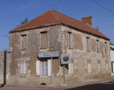 Beauce: Maison bourgeoise sur cave enterrée au coeur du bourg de Courcelles