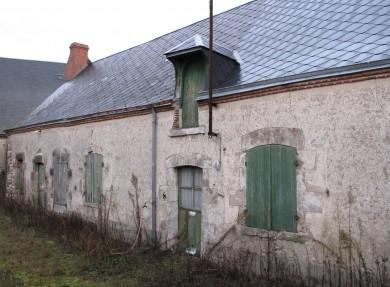 Beauce : Longère paysanne à Trinay avec module de base caractéristique composé d'1 pièce à feu avec porte, fenêtre et lucarne